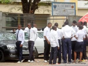 Des élèves finalistes se concertent devant un des centres d'examen d'Etat le 25/06/2012 à Kinshasa, lors du début des épreuves écrites. Radio Okapi/ Ph. John Bompengo